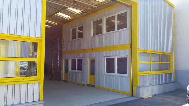 Bureaux sur mesure intégré au bâtiment / Büromodule in der Halle / R. Stefano, Vernier