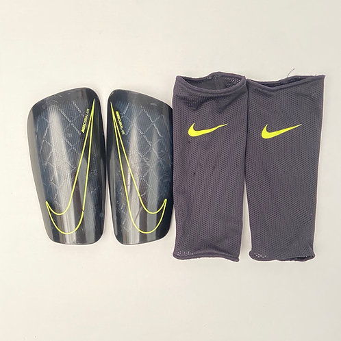 Nike jalgpalli kaitsmed, S
