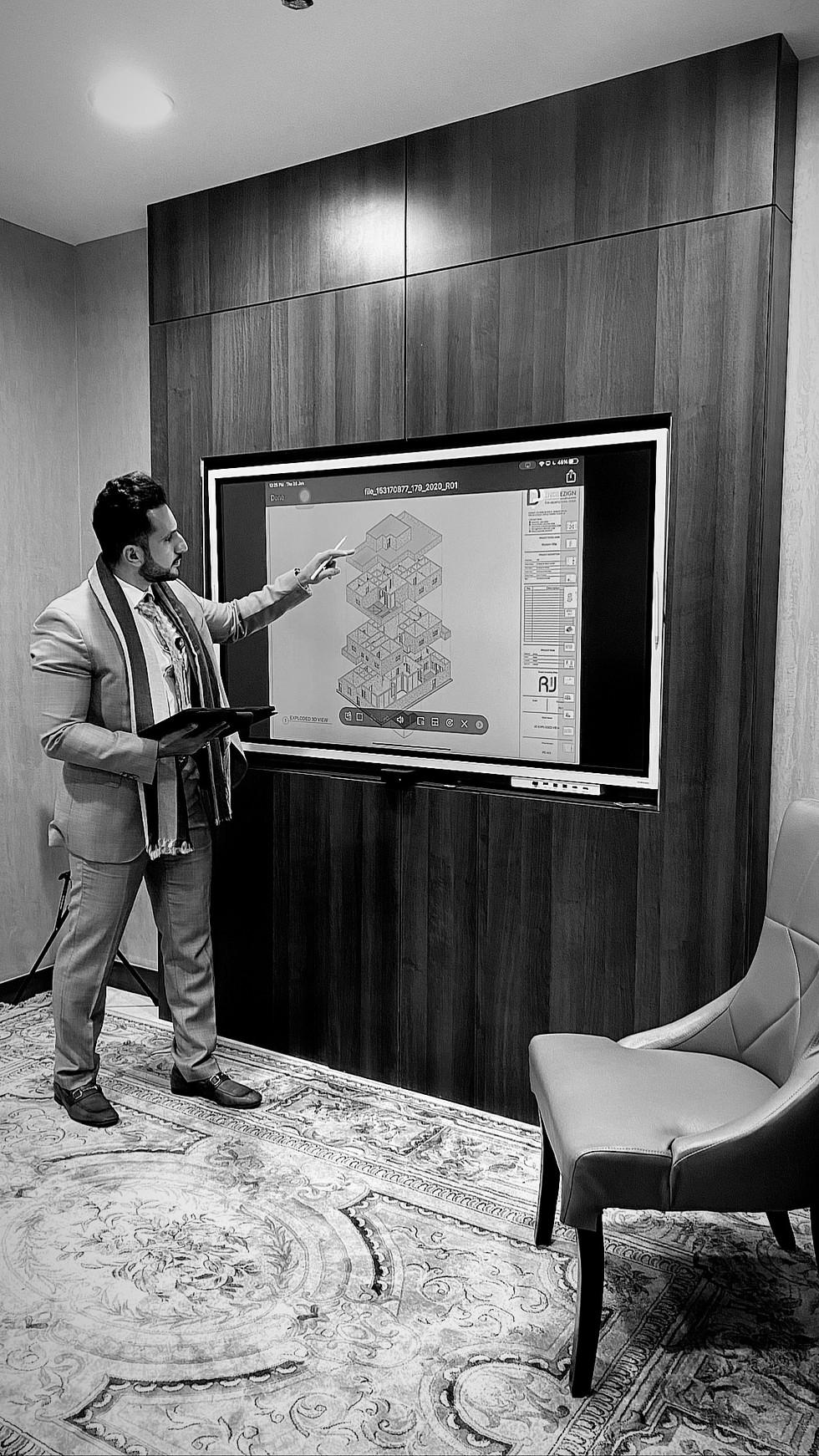 استخدام التكنلوجيا في غرفة العرض من شاشة قابلة لللمس والكتابة عليها
