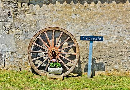 czrtwheel, gite sign, stone wall