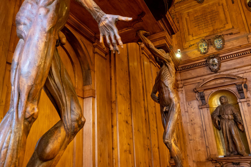 Two wooden figures at the anatomical theatre, showing insights on the build of the human body.