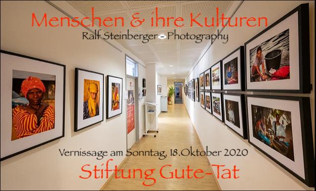 Foto der Ausstellungsräume bei der Stiftung Gute-Tat mit Ankündigung der Eröffnung.