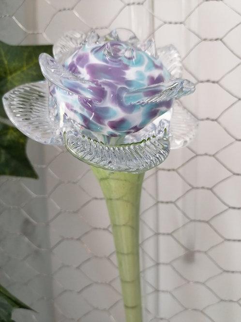 Rose auf grünem Glasstab