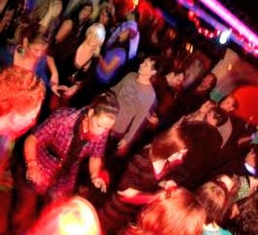 Das Milljöh im Ratskeller Duingen ist eine Bar aus alten Tagen. Generationen treffen sich zu Veranstaltungen um hier ausgelassen zu feiern. Verpassen Sie keine unserer Musikveranstaltungen und finden Sie unser Programm auf den Seiten des Milljöh.