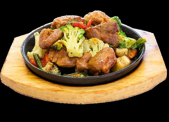 Сковорода со свиной вырезкой и овощами