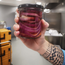 Rote Zwiebel-Pickles in der Stiftung Vivendra.