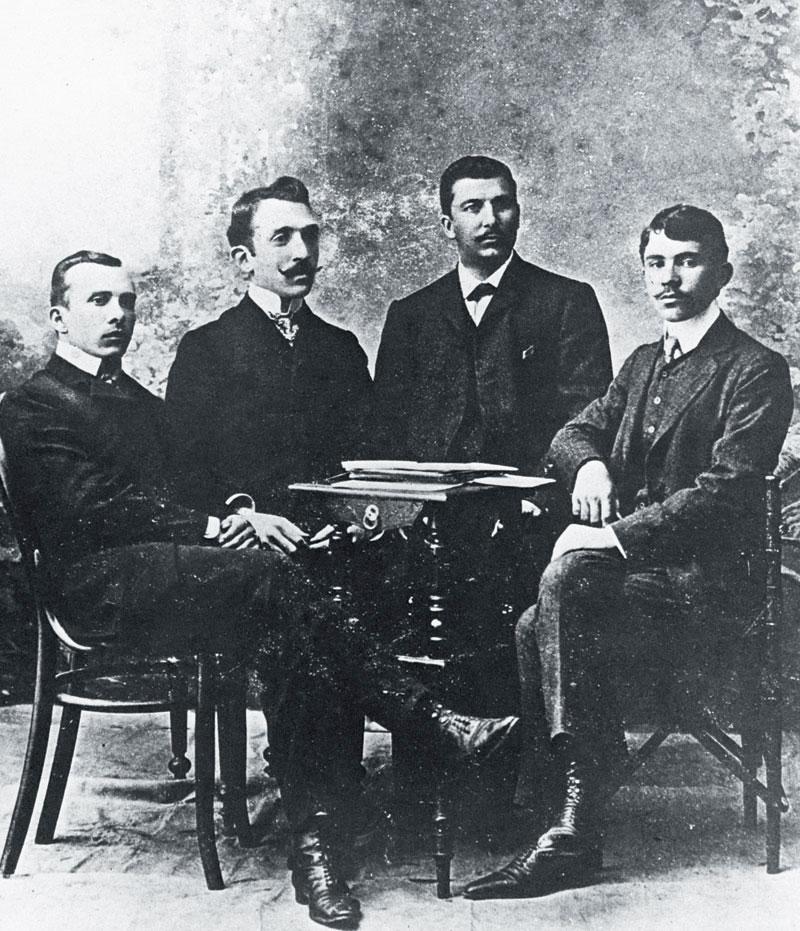 Ο Kώστας Βάρναλης κάθεται δεξιά.