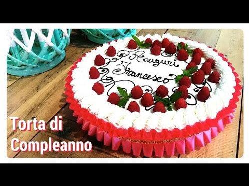 Torta di compleanno con panna, farcita con crema e fragole 2 kg