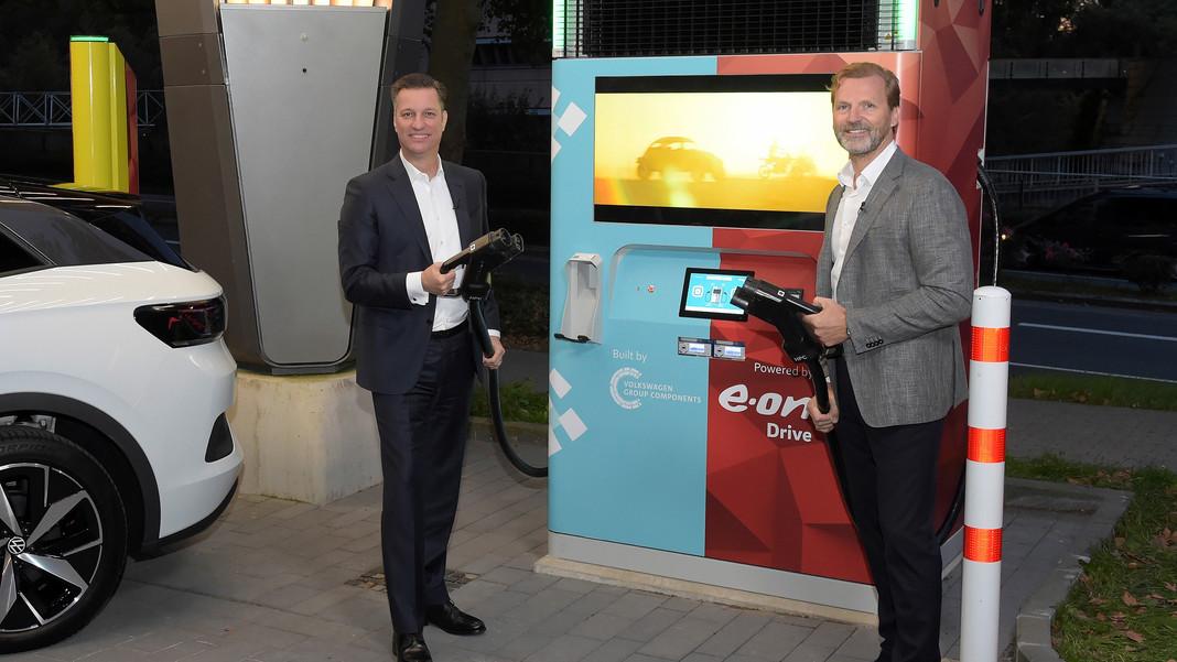 E.ON và Volkswagen ra mắt cột sạc nhanh có tích hợp pin lưu trữ