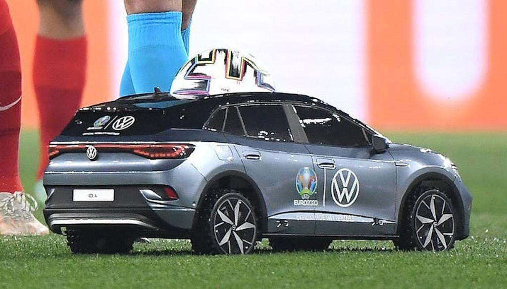 Giải mã ô tô mô hình Volkswagen chở bóng ra sân tại Euro 2020