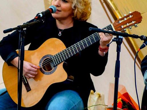 CAROLINA CALDERON : D'UNE CHANTEUSE PASSIONNÉE AU CHILI À UNE ARTISTE ENGAGÉE EN SUÈDE