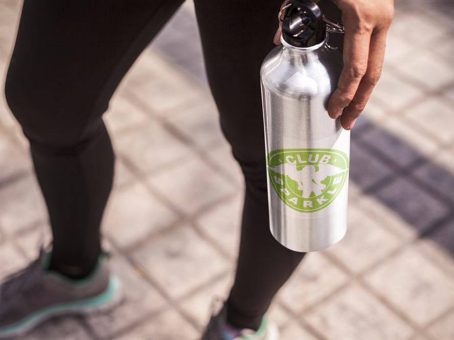 girl-holding-an-aluminum-water-bottle-te