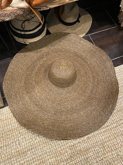 Chapeau géant style jacquemus