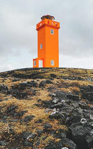 De oranje vuurturen bij de west-kust van IJsland