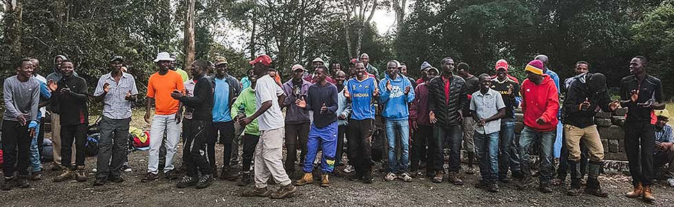 Dragers tijdens beklimming Kilimanjaro