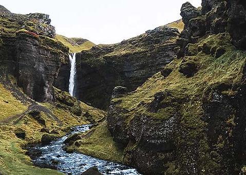 De verborgen Kvernufoss waterval is nog niet ontdekt door massatoerisme