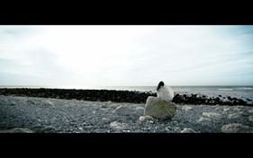 Chloé seule sur la plage