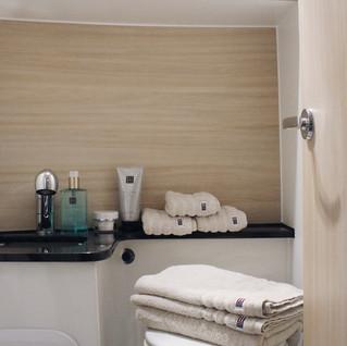 das Master-Bad mit Dusche und elektrischem WC