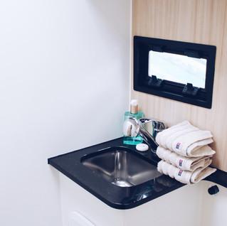 Das kleine Bad mit Dusche und WC