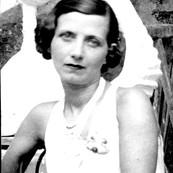 Germaine en el taller del escultor Pablo Curatella Manes 1924.jpg