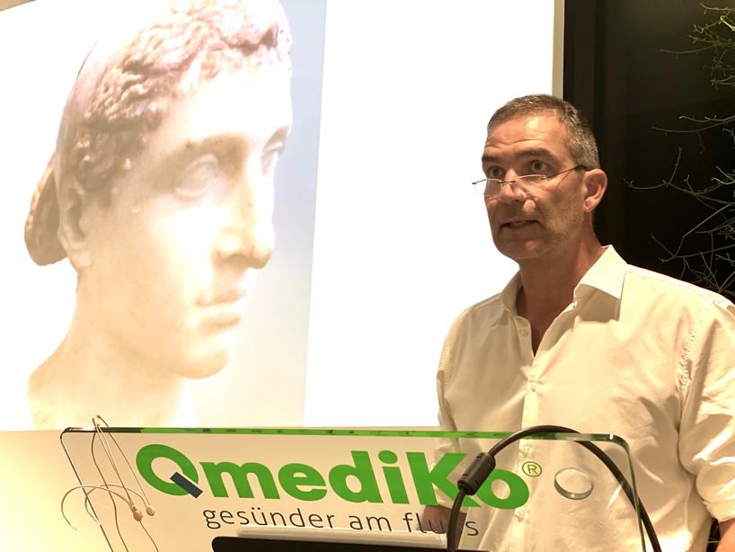 Dr. Markus Knapp beim Vortrag vor einem Bildnis Kleopatras