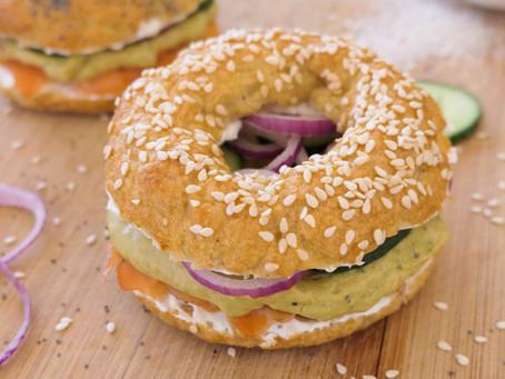 Pains Bagel Sans Gluten au Saumon Fumé et Sauce Crémeuse à l'Avocat