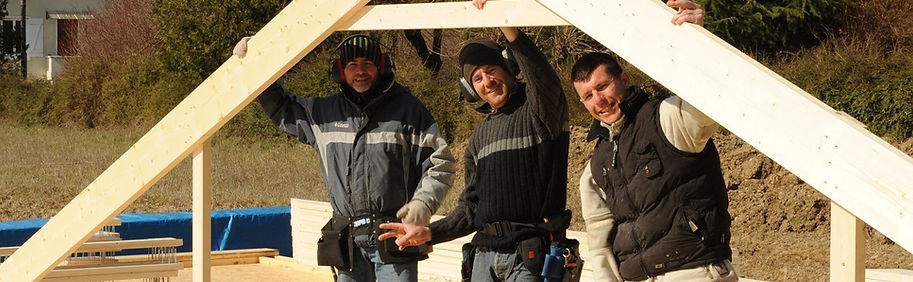Autoconstructeurs heureux lors de la construction d'une maison à ossature bois.