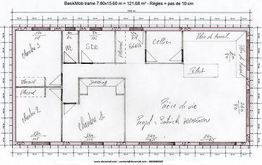Plan à la main d'un maison à ossature bois pour un projet d'autoconstrution