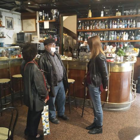 Con Vittorio (fuori campo) il pittore Togo e la sua consorte al bar Giamaica