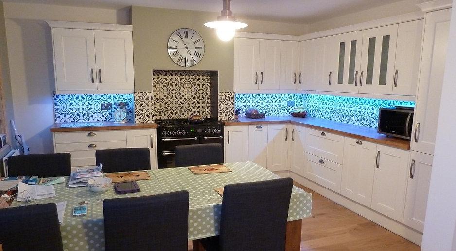 Zementfliesen-Küchenwand-hell.jpg