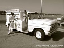 Gold Coast Ice Cream Truck, 1952, Mobile Canteen, History of the Food Trucks, Food Truck, Pushcart, Ice-Cream Trucks, Roach Coaches, USA, Food Revolution, Mobile Dining, Street Food, Cookery, Eatery, Gourmet Food Truck, King Taco, Chuck Wagon, Ice Cream, Pick-up