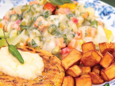 BURGER DE FALÁFEL COM SALADA RUSSA VEGANA uma versão colorida e saborosa.