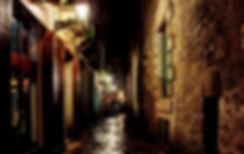 Baqrca Gasse bei Nacht.jpg