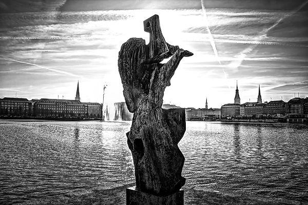 Statue vor Innenstadt.jpg