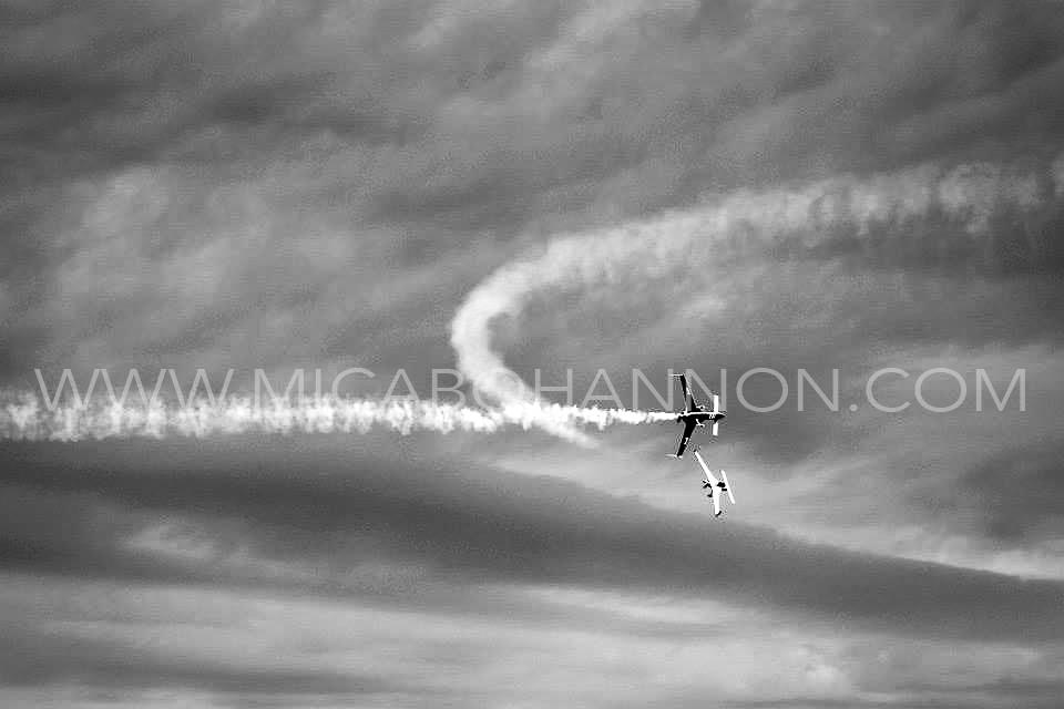 plane jet trails