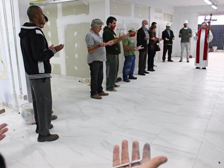 Pároco da Paróquia Santo Antônio abençoa voluntários e obra de ampliação da UPA na Sexta-feira Santa