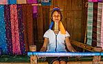 In Thailandia del nord, vicino al confine con la Birmania, nella provincia di Mae Hong Son, lungo il fiume Pai vi sono piccolissimi villaggi abitati da alcune tribù Kayan, conosciute anche come le tribù delle donne giraffa, per gli anelli di ottone che le donne di questa popolazione portano al collo sin da bambine. Frutto di una tradizionale ancestrale dalle origini poco chiare, la pratica di indossare anelli di ottone ha inizio col compimento del 5 anno di ciascuna bambina della tribù Kayan. Il collo, con l'aggiunta progressiva degli anelli, si allunga di anno in anno, fino a rendere un apparente allungamento del collo. Dopo tanti anni passati ad indossare gli anelli, i muscoli del collo sono talmente indeboliti da non riuscire più a sorreggere la testa: la rimozione degli anelli è una delle punizioni previste per l'adulterio e costringe la donna a trascorrere tutto il resto della propria vita in posizione sdraiata.