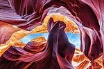 L'Antelope Canyon è probabilmente uno dei luoghi più fotografati degli Stati Uniti d'America, almeno per quanto riguarda i Parchi Nazionali. L'Antelope è quello che viene definito uno slot canyon, una gola strettissima e profonda: per quanto le sue forme e i colori sembrino essere usciti dalla mente di qualche architetto surrealista pazzo, è solo la pazienza di Madre Natura, attraverso millenni di erosione di acqua, fango e vento, ad avere creato tutto questo.
