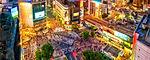 L'intersezione stradale situata appena fuori dall'uscita Hachikō della stazione di Shibuya in sé non è niente di spettacolare – un incrocio su quattro strade con in tutto dieci corsie, proprio nel cuore del quartiere alla moda di Tokyo, illuminato da insegne al neon e cartelloni pubblicitari giganteschi. Ma quello che succede nel trafficato attraversamento pedonale quando il semaforo diventa rosso per le automobili, è uno spettacolo che vale la pena di vedere. Tutti si sfiorano in un caos organizzato, senza scontrarsi, quasi come in un gioco di prestigio, dove il mistero risiede solo nella grazia giapponese.