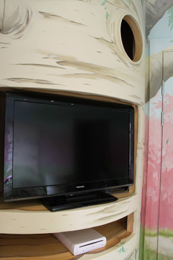 Tree-themed media unit