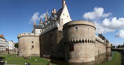 Vue_panoramique_de_la_façade_du_château_des_ducs_de_Bretagne