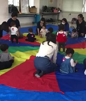 英語リトミックのレッスンの様子。子どもとママが一緒に楽しむのがポコ・カンタービレのリトミック★