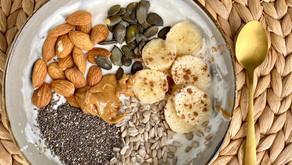 Ontbijtrecept: zeezout karamel kwark met banaan, amandelen, noten & pitten