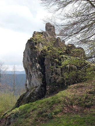 Les énigmes de Morenci, vue élargie d'un monolithe surmonté d'un menhir.