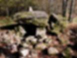 Vue rapprochée du dolmen de Puichaud, énormes dalle supérieure, fendue en deux.
