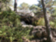 Grotte préhistorique de la Baumelle est son escalier taillé dans le roc, vue élargie.