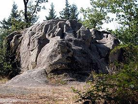 Vue complète d'un grand rocher très érodé nommé la pierre des sacrifices.
