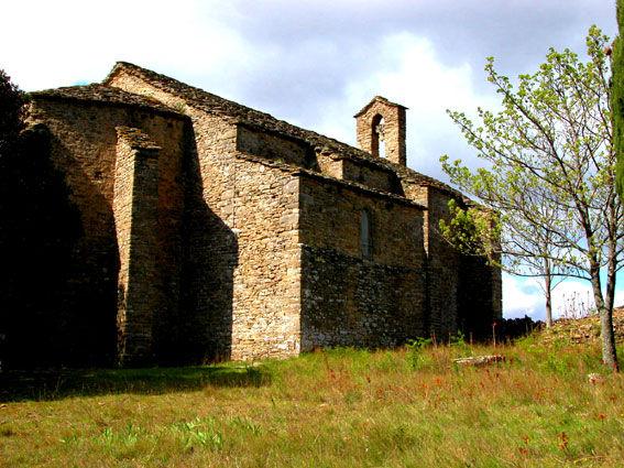 Vue de la belle chapelle de Centeilles dans le Minervois.
