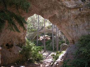 Arche de pierre naturelle 3, voûtes de pierre dans la forêt, vue de plusieurs arches successives.