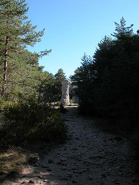 Vestiges du village protohistorique, cheminée de fée, colonne naurelle de pierre, vue élargie.